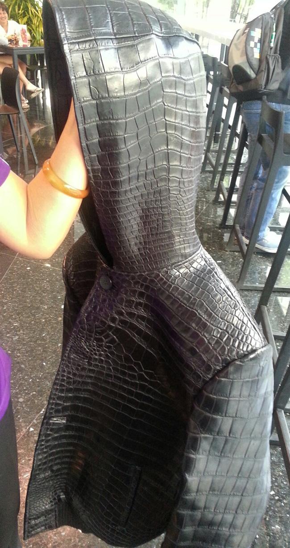 Доступны на заказ мужские куртки из кожи крокодила. .  Куртки отшиваются на тайской фабрике по снятым с клиента...