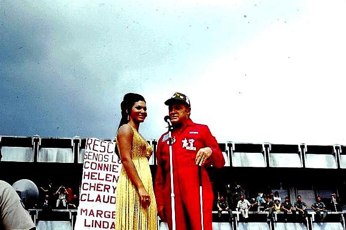 Боб Хоуп и секс-символ 60-х и 70-х актриса Урсула Андресс на шоу для военных в U-Tapao. 1970 год.