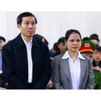 Вьетнамский популярный блогер Nguyễn Hữu Vinh, более известный в стране под прозвищем Anh Ba Sam, в суде вместе со своей помощницей Thi Minh Thuy на суде в Ханое
