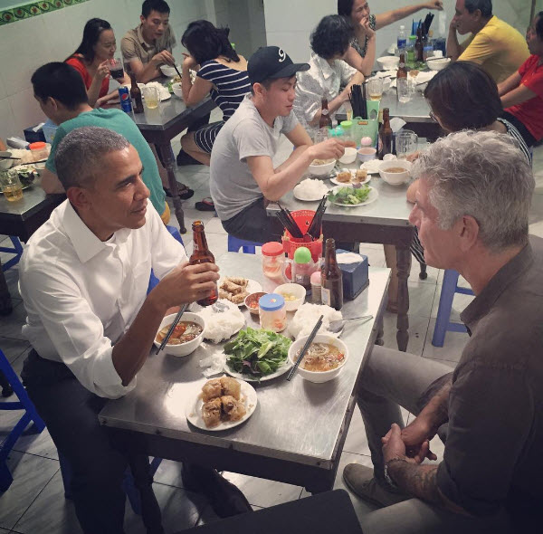 Обама пьет пиво и кушает лапшу в ресторане в Ханое вместе с шеф-поваром и телеведущим Энтони Майкл Бурденом, Вьетнам