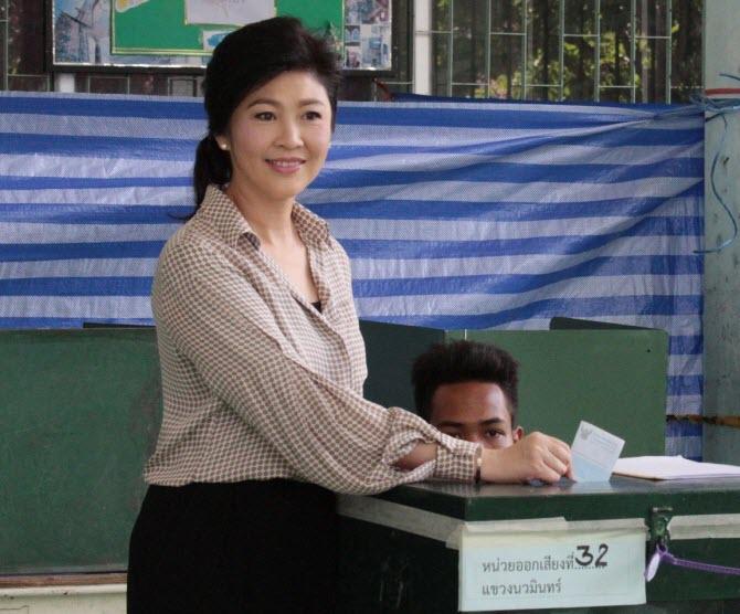 Йинглак Чинават голосует на референдуме по проекту новой конституции Таиланда