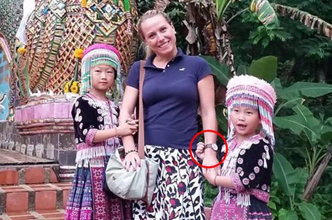 американец заснял, как ангельски выглядящие детишки-хмонги обчищают молодую американку (его подругу) во время фотосессии на горе Дойсутхеп возле храма в тайской провинции Чиангмай