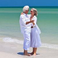 западные пенсионеры наслаждаются обеспеченной старостью на райском тропическом пляже в Таиланде. Долгосрочная пенсионная виза в Таиланде позволяет жить в раю долго.