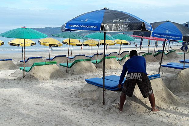 лежаки на пляже Патонг на Пхукете: на насыпях из песка