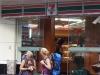 западные бэкпекерши возле 7-Eleven