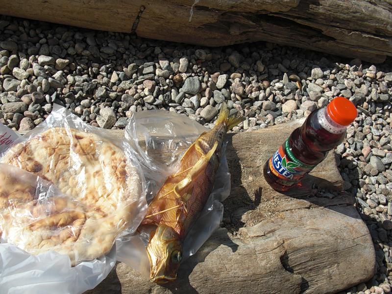 перекусываю на берегу Байкала
