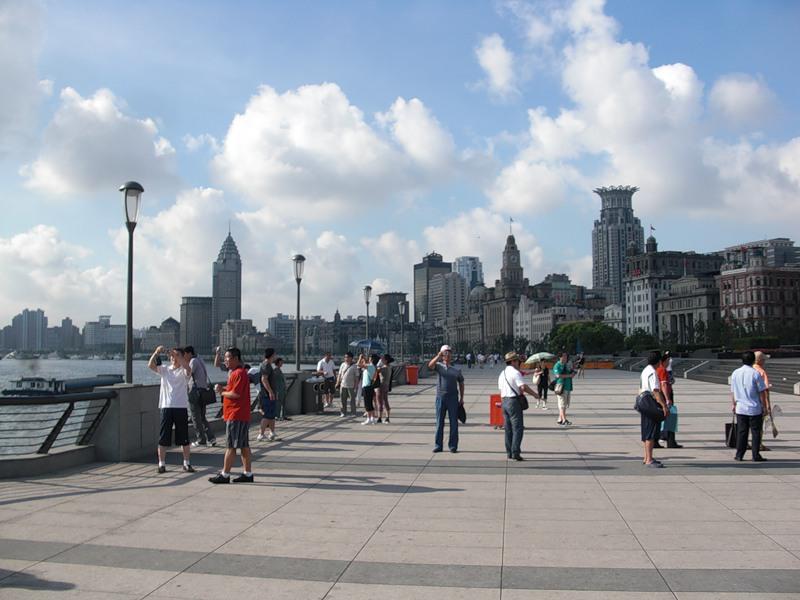 Bund - набережная реки Хуанпу в центре Шанхая утром