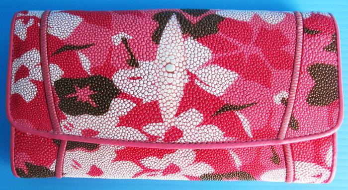 розовой женский кошелек из кожи морского ската с узорами в виде разноцветных цветов