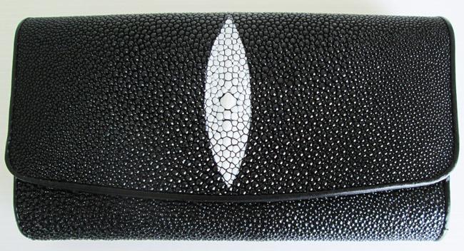 черный женский кошелек из кожи морского ската, выполненный из цельного куска кожи