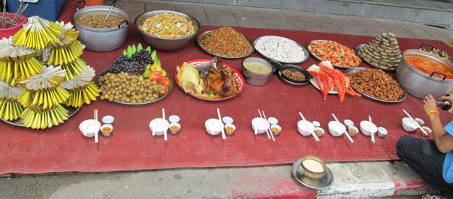 китайцы выставили угощение в честь праздника в центральной Паттайе
