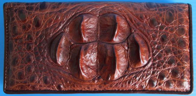 женский темно-коричневый кошелек из кожи сиамского крокодила с характерными 6 шейными выростами на верхней стороне изделия