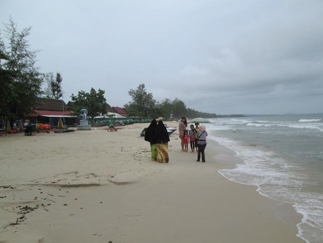 пляж Серендипити в Сиануквиле в сезон дождей