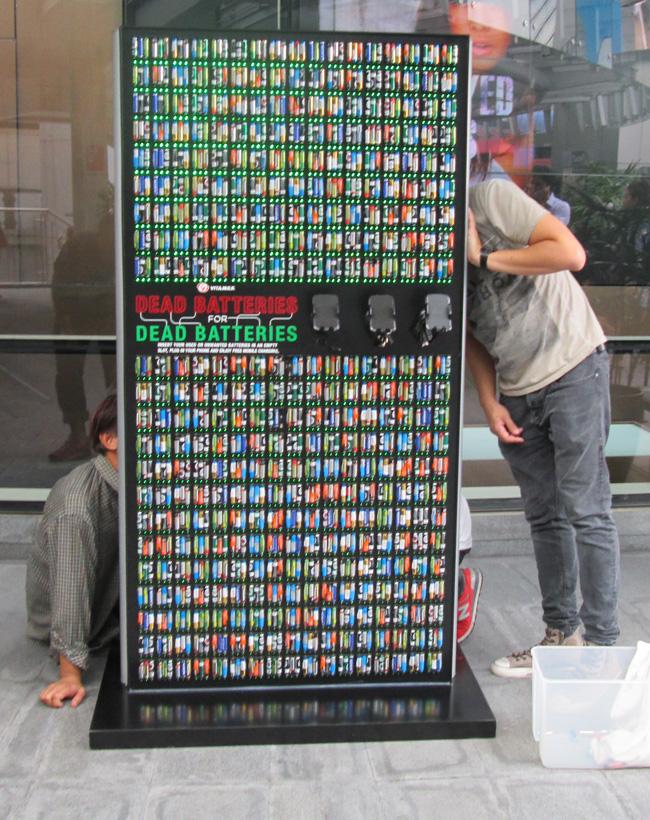 инсталляция тайских креативщиков из пальчиковых батареек на улице в центре Бангкока, от которой каждый желающий может подзарядить свой смартфон