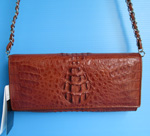 коричневая маленькая сумочка из кожи крокодила на ремешке-цепочке