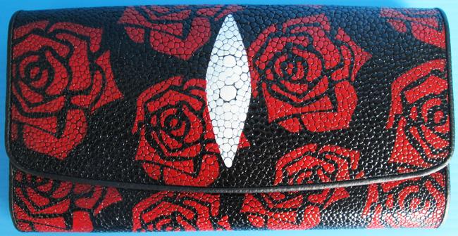 женский кошелек из кожи ската с красными розочками на черном фоне изделия
