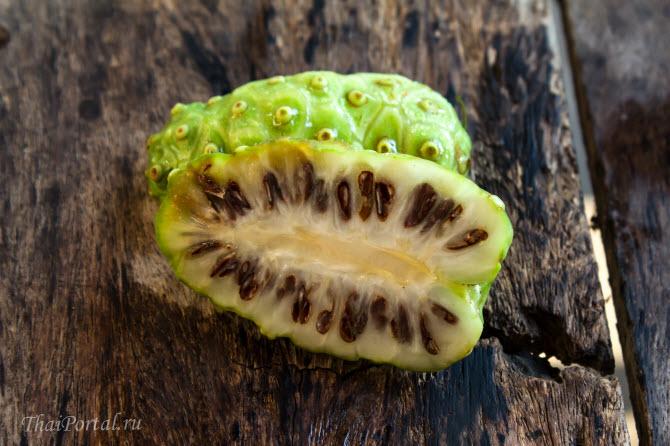 плод нони в разрезанном виде