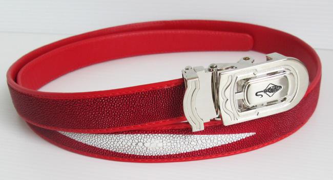красный женский ремень из кожи ската с белой полоской