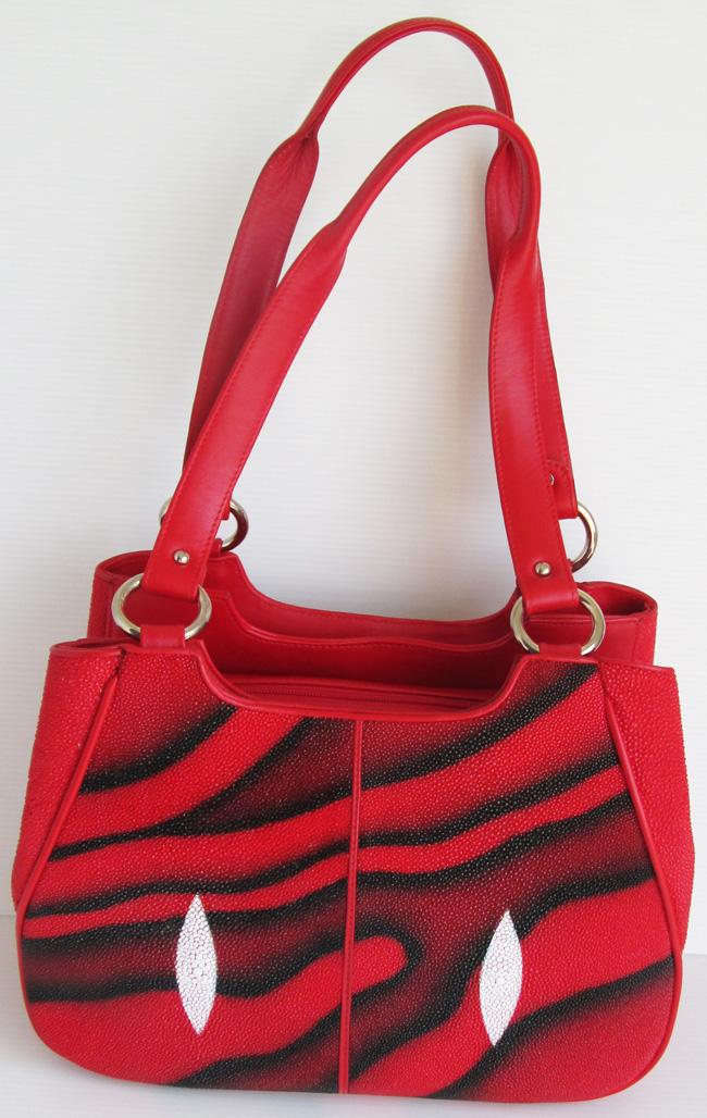 красная с черными узорами-отливами женская сумка из кожи морского ската