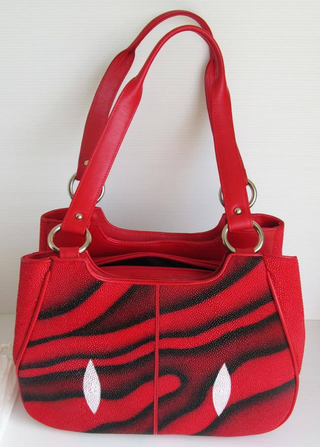 красная женская сумка из кожи ската