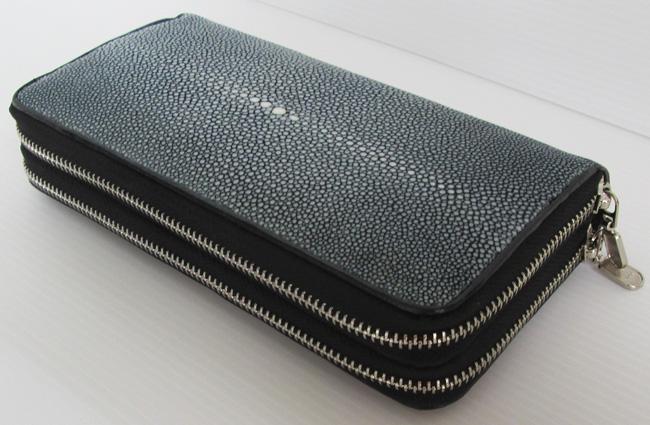 Женский кошелек-клатч из полированной кожи морского ската серого цвета, с ремешком.