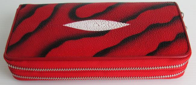 Женский кошелек-клатч из кожи морского ската красного цвета (с черными разводами), с ремешком.