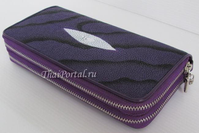 женский кошелек-клатч из кожи морского ската фиолетового цвета (с черными разводами), с ремешком
