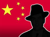китайский шпион в шляпе на фоне красного флага