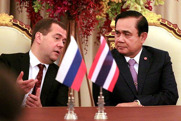 Дмитрий Медведев и генерал  Прают Чан-Оча на совместной пресс-конференции в Бангкоке в апреле этого года