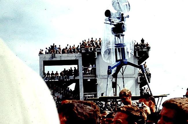 Американская военщина отдыхает на аэродроме У-Тапао от войны во Вьетнаме. На шоу яблоку негде упасть.