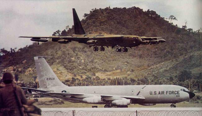 приземление американского стратегического бомбардировщика B-52 D на взлетку аэропорта У-Тапао во время войны во Вьетнаме (архивный кадр)