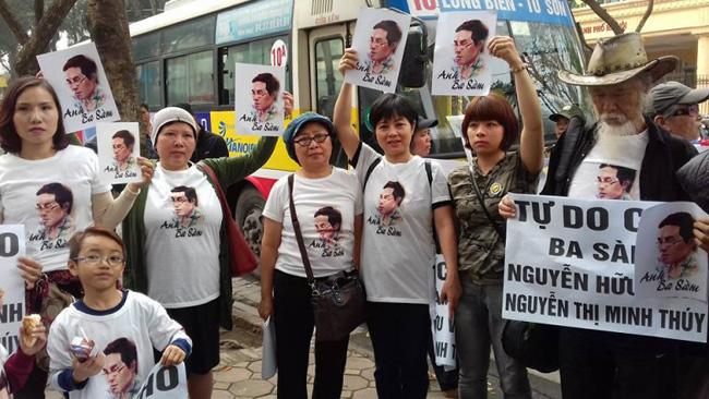граждане пришли к зданию суда в Ханое поддержать опального блогера-правдоруба Ба Сама