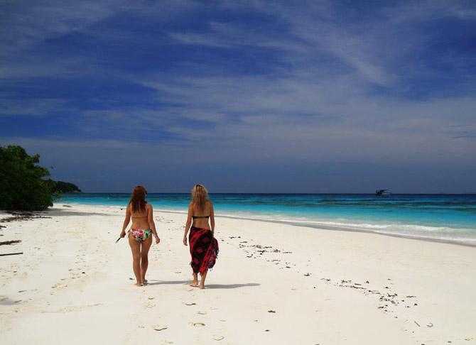 западные девушки-туристки прогуливаются по пляжу острова Тачай в Андамарском море (входит в состав национального парка Симиланских островов)