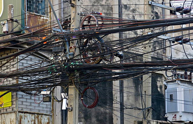 провода воздушных линий на улицах тайских городов