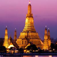 Знаменитый буддийский храм со ступой в центре города Бангкок - Ват Арун