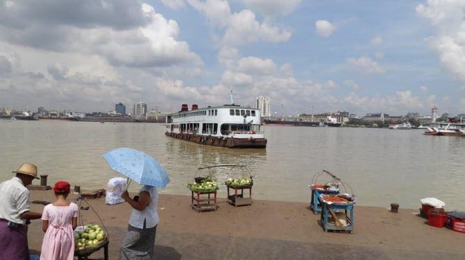 вид из района Дала на центр Янгона и паром, который осуществляет транспорт людей и грузов через реку Янгон