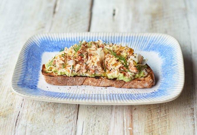 Итальянское простонародное блюдо - брускетта с экзотикой: свежим мясом краба и мякотью авокадо по рецепту Джейми Оливера