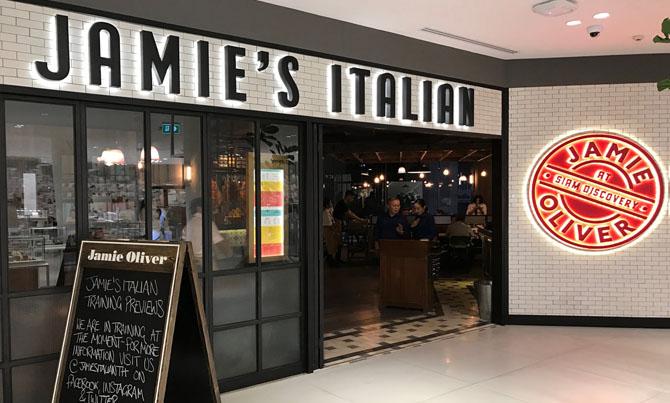 Вход в новый ресторан сети Jamie's Italian в торговом центре Siam Discovery в Бангкоке, который недавно открыл известный во всем мире шеф-повар Джейми Оливер