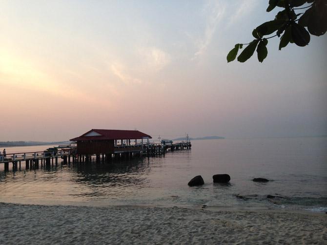 пляж Серепендити в центре города Сиануквиль с причалом для кораблей на рассвете