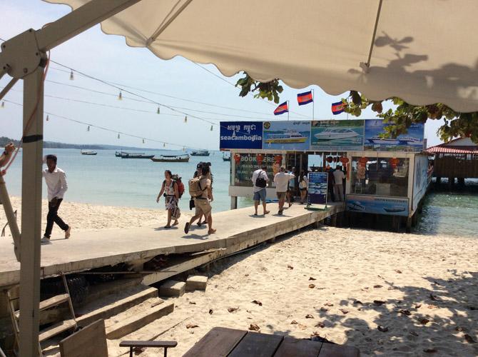 Причал для паромов и лодок в городе Сиануквиль, на пляже Serependiti. Отсюда можно отправиться на острова рядом с курортом.