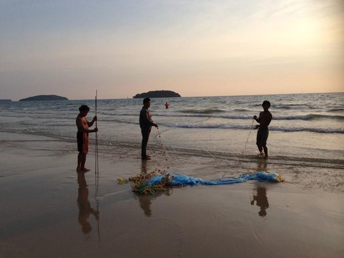 Кхмеры ловят рыбу сетями прямо с пляжа