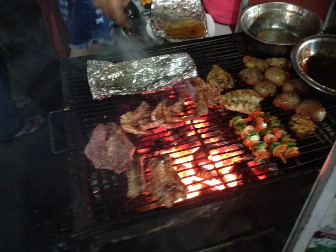 приготовление рыбы и мяса на углях в ресторане Сиануквиля, в Камбодже