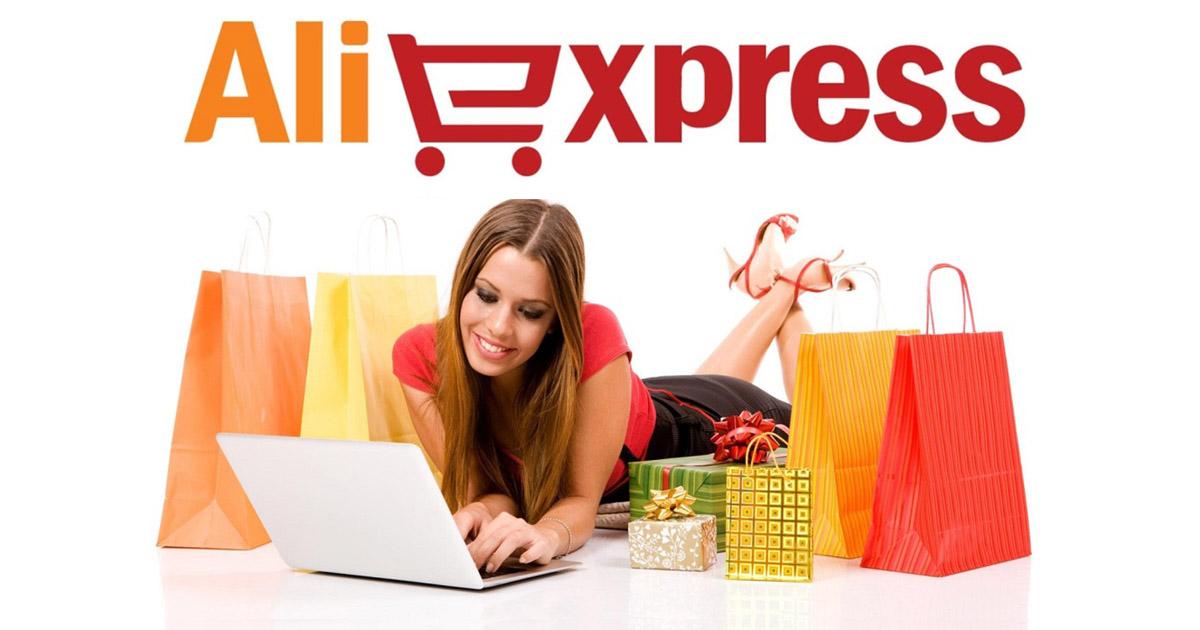 девушка радостно занимается онлайн-шоппингом на Алиэкспресс, вокруг куча покупок из Китая