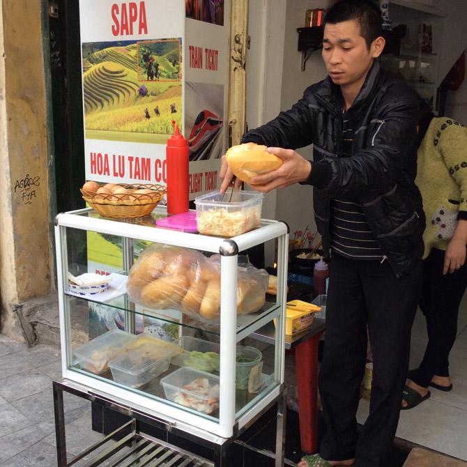 Вьетнамец готовит багеты в Ханое