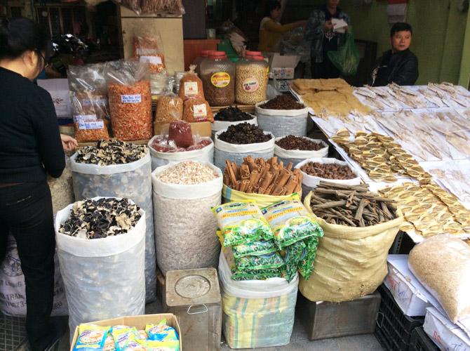 товары, которыми торгуют на рынке Донг Суан в Ханое