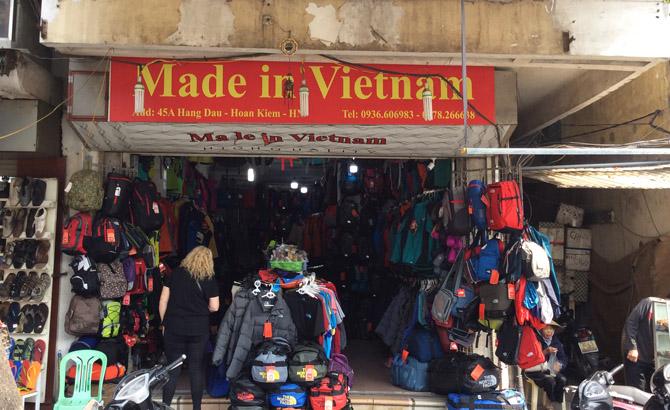 made in vietnam - вывески лавок в Ханое, где торгуют подделками под бренд North Face
