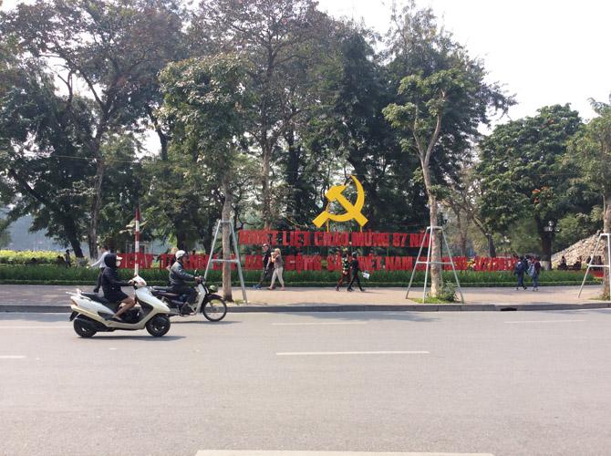 Серп и молот в центре Ханоя - напоминание о том, что страна Вьенам - это социалистическое государство