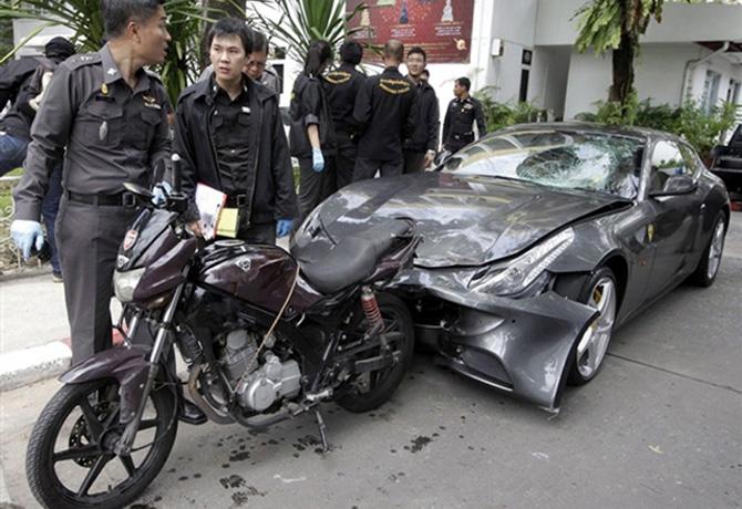 Разбитый Ferrari, которым Ворают Йювидья сбил тайского полицейского
