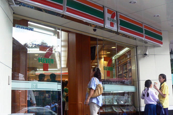 вход в типичный магазин сети 7-Eleven в Таиланде