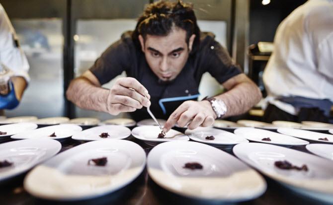 Ананд Гагган, владелец и шеф-повар лучшего ресторана Азии, за работой