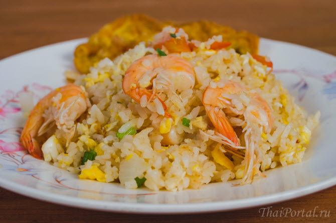 одно из самых популярных блюд тайской кухни - тайский жареный рис као пад (на фото вариант жареного риса с креветками - ข้าวผัดกุ้ง)